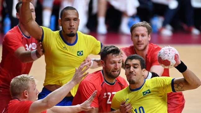 Brasil é derrotado pela Noruega por 27 a 24 em sua estreia no handebol masculino (Daniel LEAL-OLIVAS / AFP)