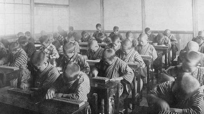 No início do século 20, foram abertas muitas escolas especializadas em ábaco no Japão
