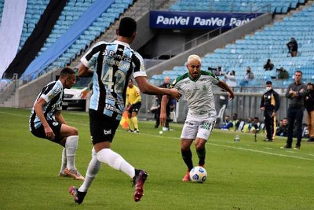 A fria tarde de futebol em Porto Alegre teve muita vontade em campo, mas pouca eficiência dos dois times-(Estevão Germano/América-MG)