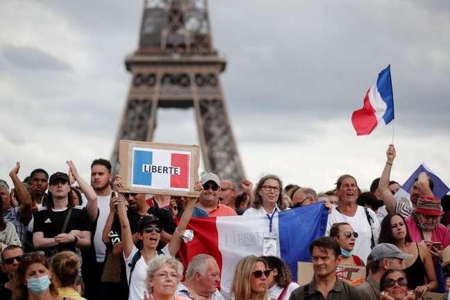 Manifestantes protestam contra medidas para conter a Covid-19 em Paris 24/07/2021 REUTERS/Benoit Tessier