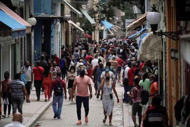 Pessoas caminham em rua de Havana em meio a aumento de casos de Covid-19 em Cuba 15/06/2021 REUTERS/Alexandre Meneghini