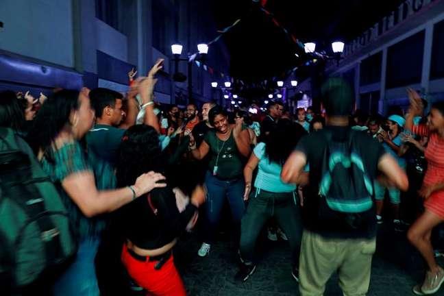 Moradores de Caracas aproveitam música e comida de rua em flexibilização do confinamento  23/07/2021 REUTERS/Leonardo Fernandez Viloria