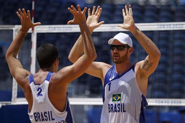 Alvaro Filho (à esq.) e Alison comemoram vitória sobre argentinos na estreia