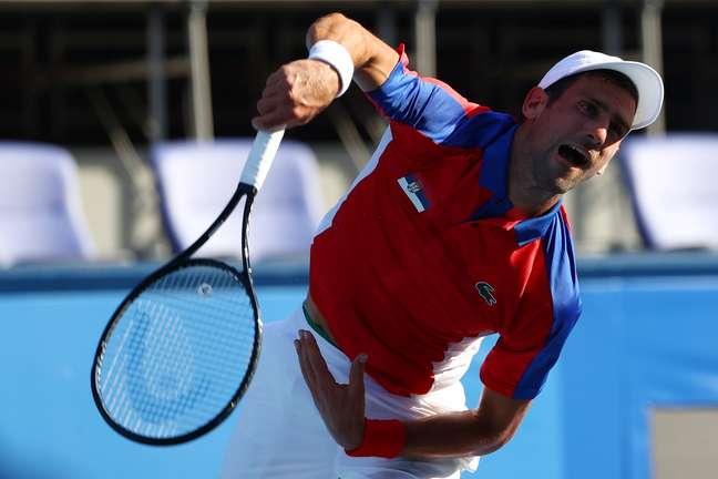 Djokovic executa saque durante a sua vitória na estreia nos Jogos de Tóquio