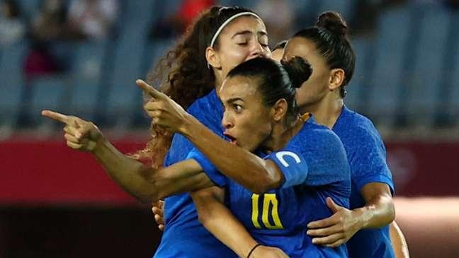 Marta comemora gol no empate do Brasil contra Holanda em jogo de seis gols neste sábado