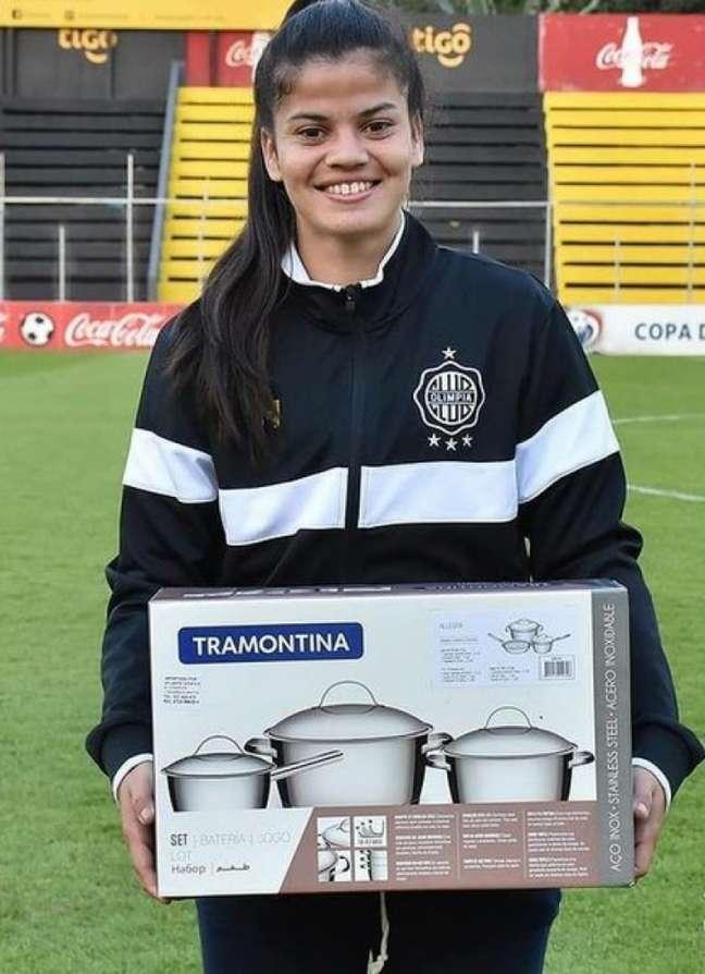 Dahiana Bogarín recebeu um conjunto de panelas por ser melhor jogadora em campo (Foto: Redes sociais/Olimpia)