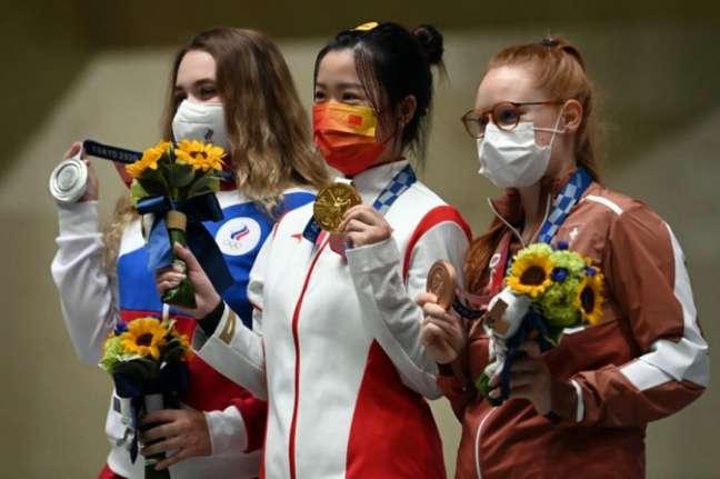 Yang Qian foi a primeira medalhista de ouro de Tóquio 2020 (Foto: TAUSEEF MUSTAFA / AFP)