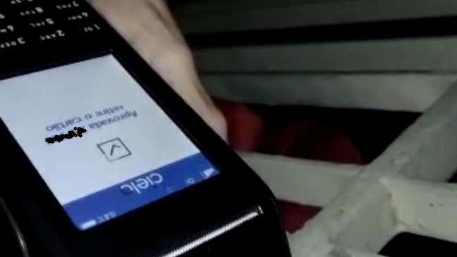 Entregador iluminou a maquininha enquanto a cliente digitava a senha; com isso, conseguiu ver os dígitos marcados
