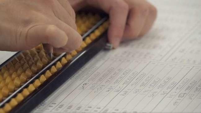 Embora o ábaco esteja em desuso na maior parte do mundo, estudantes no Japão continuam a aprender aritmética com esta ferramenta milenar