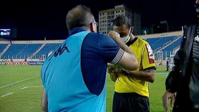 Enderson em discussão com o quarto árbitro durante Confiança x Botafogo (Foto: Reprodução/SporTV)