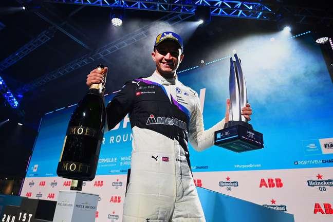 Jake Dennis celebra vitória em Londres , que o deixa em terceiro no campeonato
