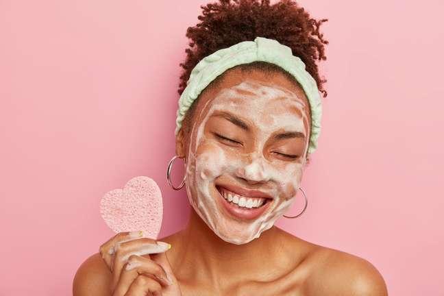Cuidar do rosto faz parte das práticas de autocuidado que eleva a autoestima