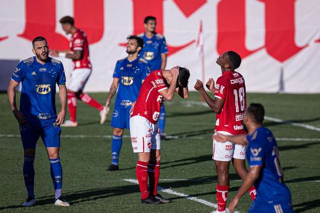Arthur Rezende jogador do Vila Nova-GO lamenta chance perdida durante partida contra o Cruzeiro