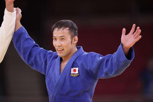Naohisa Takato comemora vitória e a medalha de ouro neste sábado Hannah Mckay/Reuters