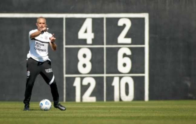 Sylvinho orienta treinamento do Corinthians neste sábado no CT Joaquim Grava