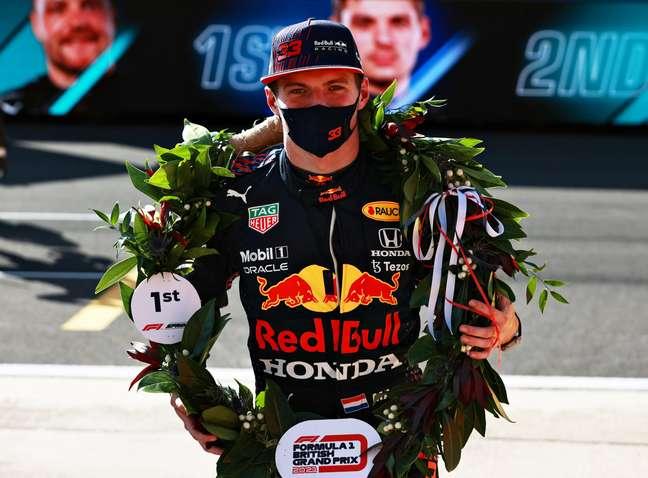 Max Verstappen com a coroa de louros depois de vencer a primeira corrida sprint da F1