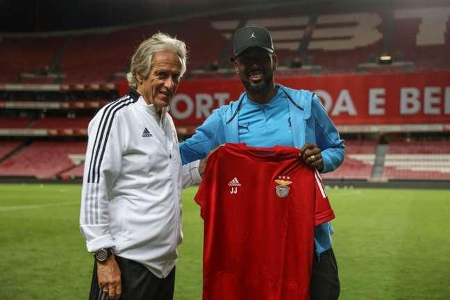 Jorge Jesus presenteou Gerson com uma camisa (Foto: Divulgação/Benfica)