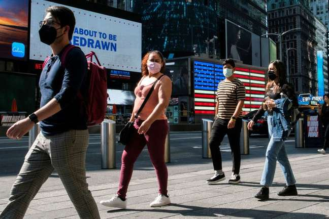 Pessoas de máscara em rua de Nova York 23/07/2021 REUTERS/Eduardo Munoz