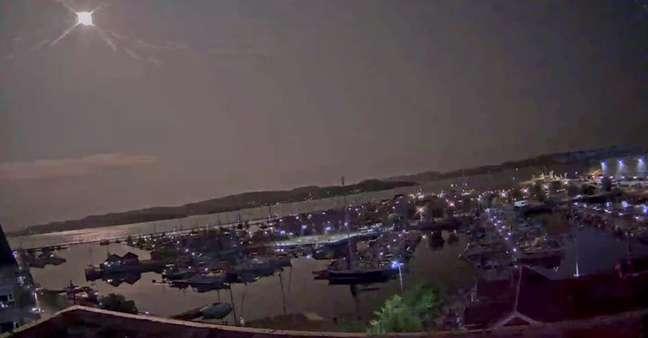 Meteoro ilumina o céu em Holmestrand 25/07/2021 HOLMESTRAND UTVIKLING AS via REUTERS