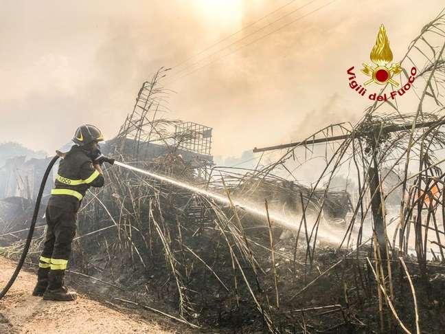 Itália pede ajuda de países europeus para combater incêndios na Sardenha Vigili del Fuoco/Divulgação via REUTERS