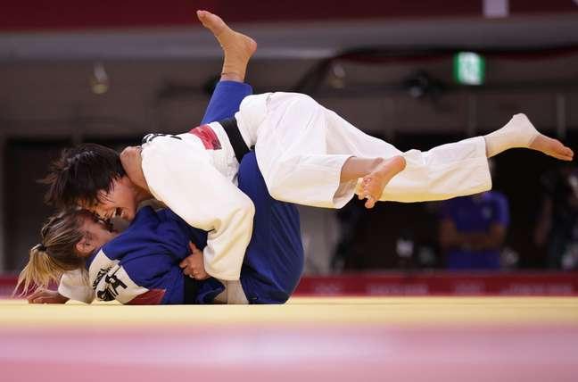 Japonesa Uta Abe aplica ippon na brasileira Larissa Pimenta na luta deste domingo