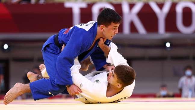 Daniel Cargnin (de azul) na luta contra o italiano Manuel Lombardo pelas quartas de final