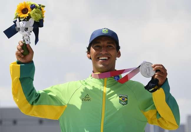Kelvin Hoefler posa com medalha de prata no pódio dos Jogos de Tóquio