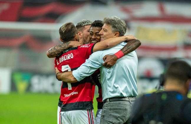 Renato Gaúcho comemora gol com jogadores do Flamengo (Foto: Marcelo Cortes/Flamengo)