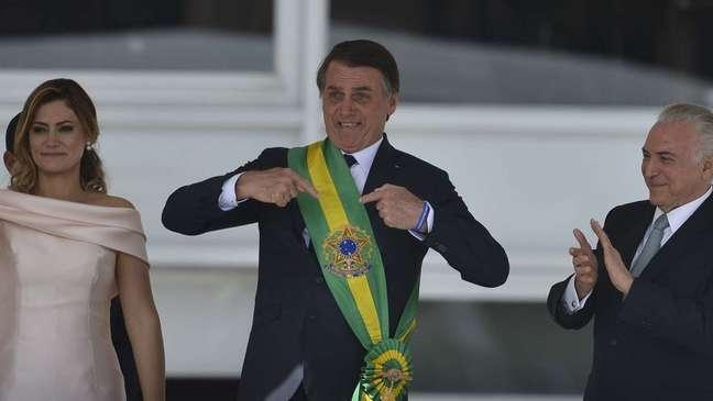 Bolsonaro em sua posse, em 1° de janeiro de 2019, ao lado da mulher Michelle e do antecessor, Michel Temer; sucessivas crises em diferentes governos levam a defesa de mudanças no regime político