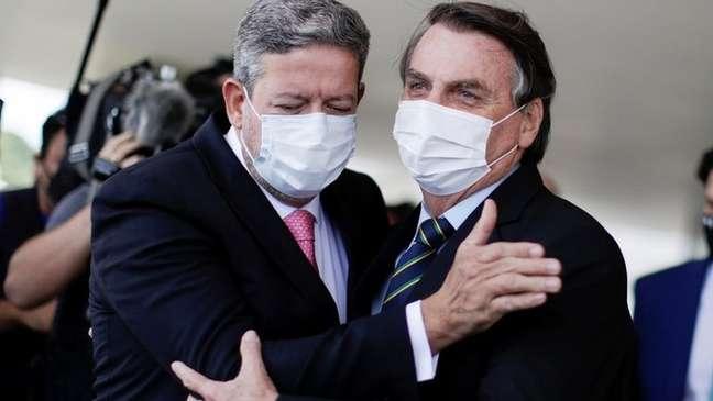 Arthur Lira (na foto, em março, com Bolsonaro) é um dos defensores do debate sobre o semipresidencialismo