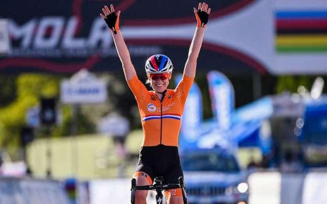 A ciclista holandesa Annemiek van Vleuten comemorou pensando que ganhou ouro em Tóquio (Foto: AFP)