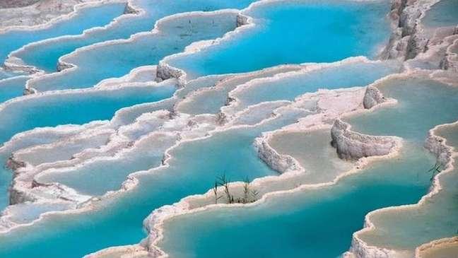 Pamukkale com suas piscinas termais é um dos cartões-postais da Turquia