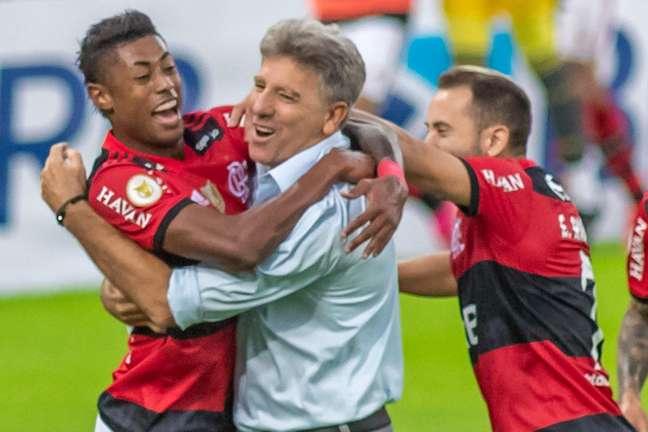Bruno Henrique celebra gols pelo Flamengo com o técnico Renato Gaúcho