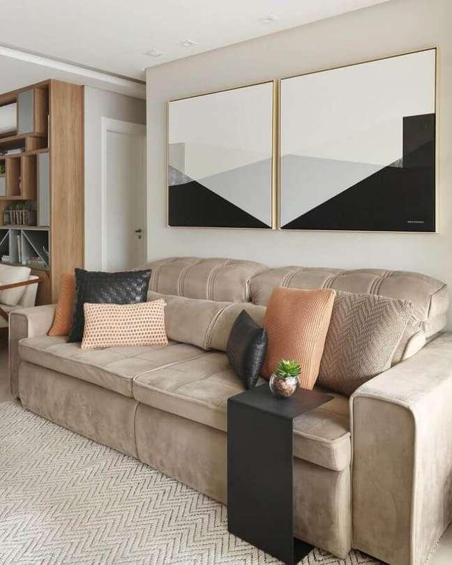45. Objetos de decoração para sala em cores neutras com quadros de parede – Foto: Jeito de Casa