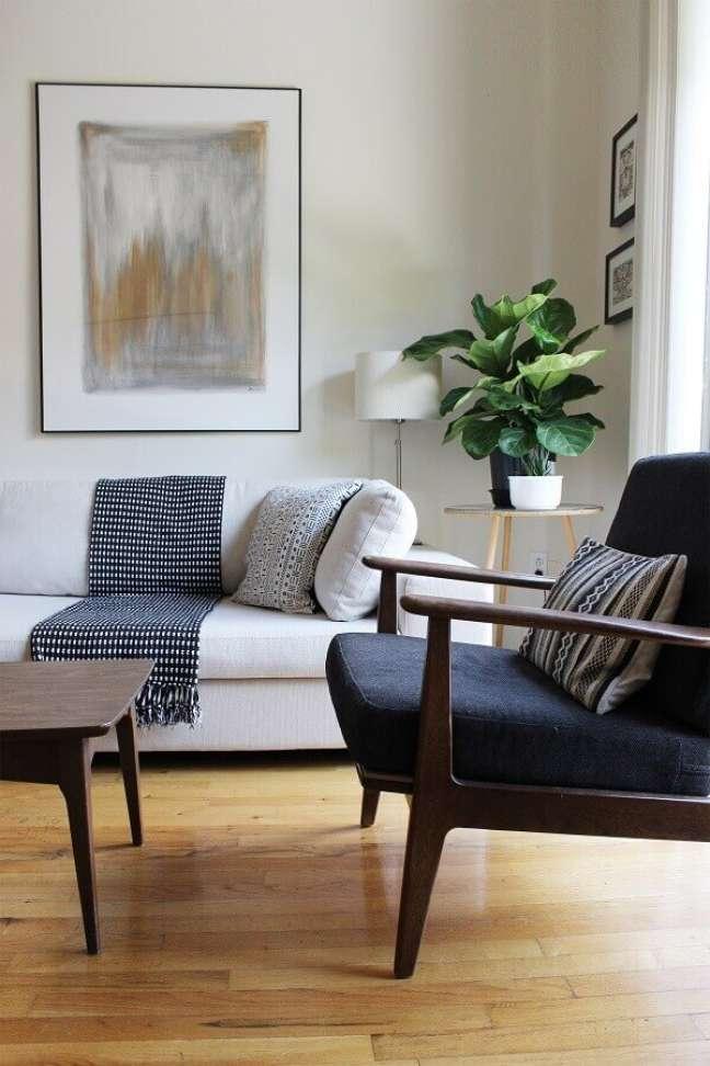 23. Objetos de decoração para sala branca decorada com poltrona de madeira – Foto: Etsy