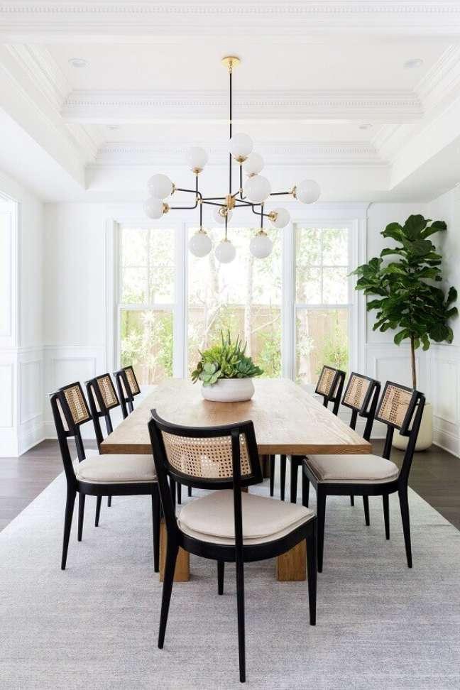 3. Lustres são ótimos modelos de objetos de decoração para sala de jantar – Foto: Curated Interior