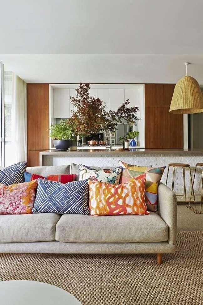 28. Objetos de decoração para sala de estar com almofadas coloridas – Foto: Casa de Valentina