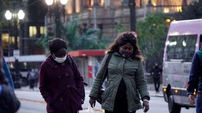 Pedestres protegidas do frio na capital paulista em julho; cidade pode registrar a menor temperatura desde 1994