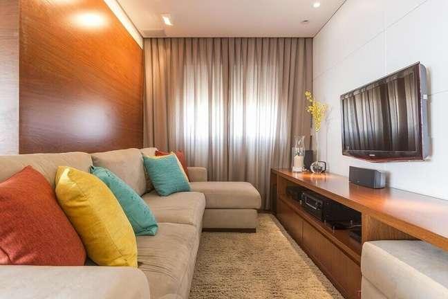 48. Objetos de decoração para sala pequena com almofadas coloridas para sofá bege – Foto: Pinterest