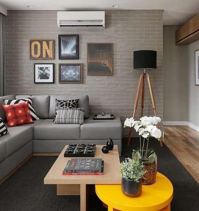 54. Objetos para decoração de sala cinza decorada com sofá de canto e abajur de chão – Foto: Jeito de Casa