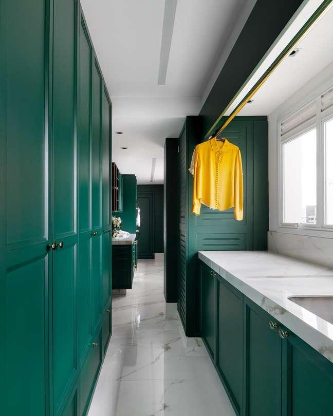 1. O espaço contava com a presença de uma cozinha-corredor que levava até a lavanderia do imóvel. Foto: Fellipe Lima