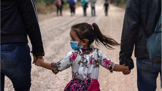 Famílias latino-americanas continuam contratando 'coiotes' para chegar aos EUA, em viagens arriscadas