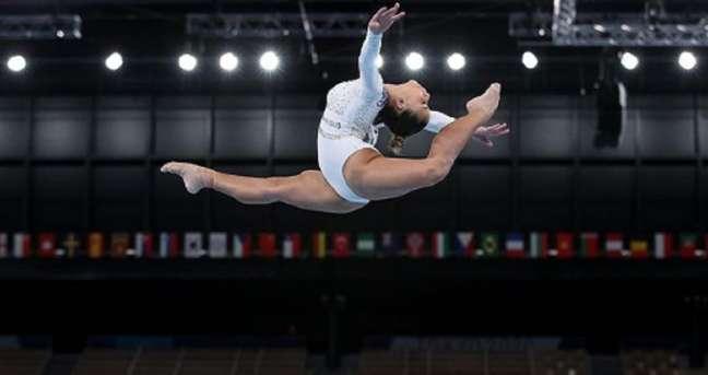 A ginasta brasileira Flávia Saraiva torceu o tornozelo direito no solo, durante a competição do último domingo (25/7)