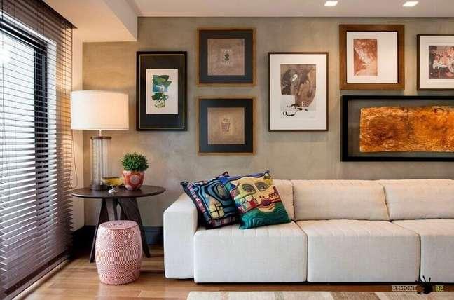 46. Objetos de decoração para sala moderna com parede de cimento queimado – Foto: Elmor Arquitetura