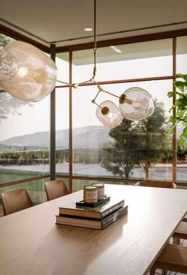 38. Objetos de decoração para sala de jantar decorada com com livros como centro de mesa – Foto: Futurist Architecture