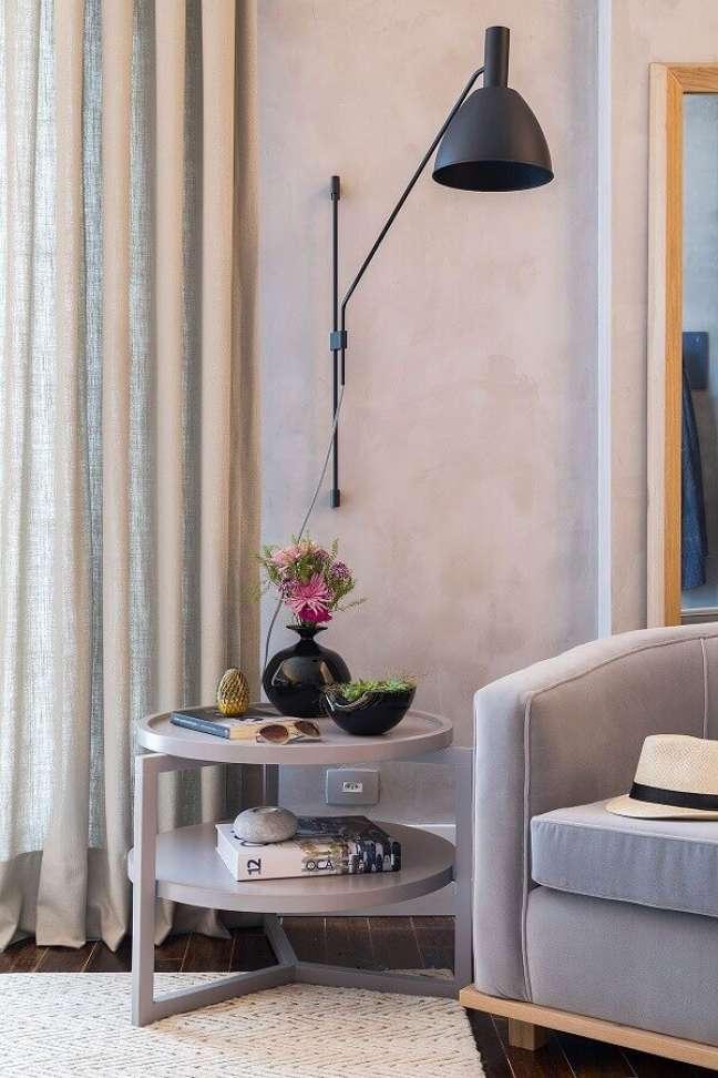 10. Objetos de decoração para sala de estar cinza com luminária de parede – Foto: Casa de Valentina