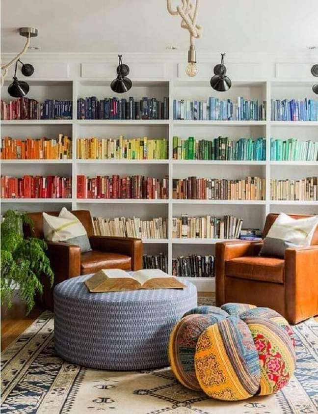 6. Objetos para decoração de sala com estante de livros coloridos e poltronas de couro – Foto: Wood Save