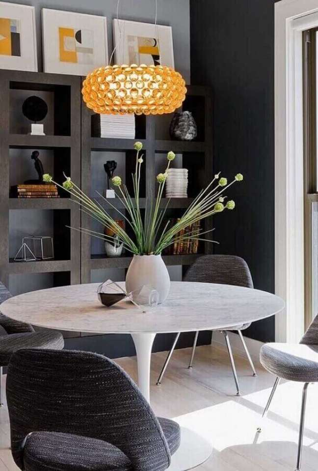 43. Objetos de decoração para sala de jantar moderna com estante de nichos planejada e mesa redonda – Foto: Futurist Architecture