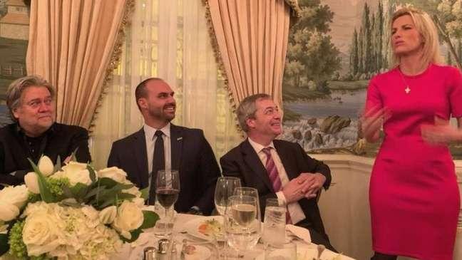 Eduardo Bolsonaro em jantar com o ex-estrategista de Trump Steve Bannon, o conservador britânico Nigel Farage e a âncora da Fox News Laura Ingraham, em 2020