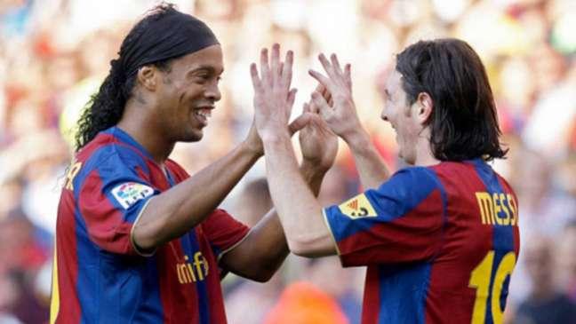 Ronaldinho e Messi foram companheiros no Barcelona (Foto: AFP)